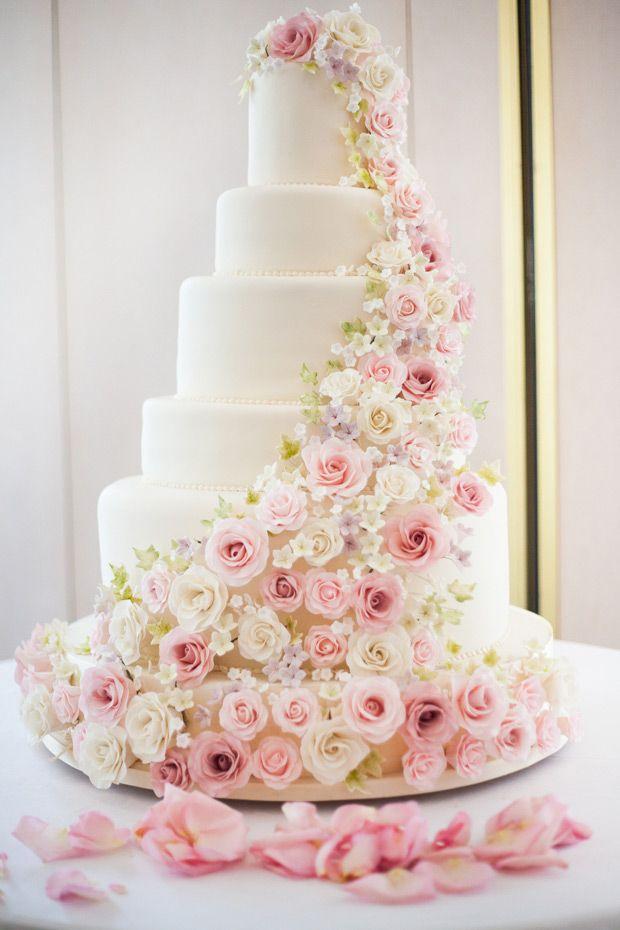 Hermoso pastel con rosas románticas para tu fiesta de XV años.