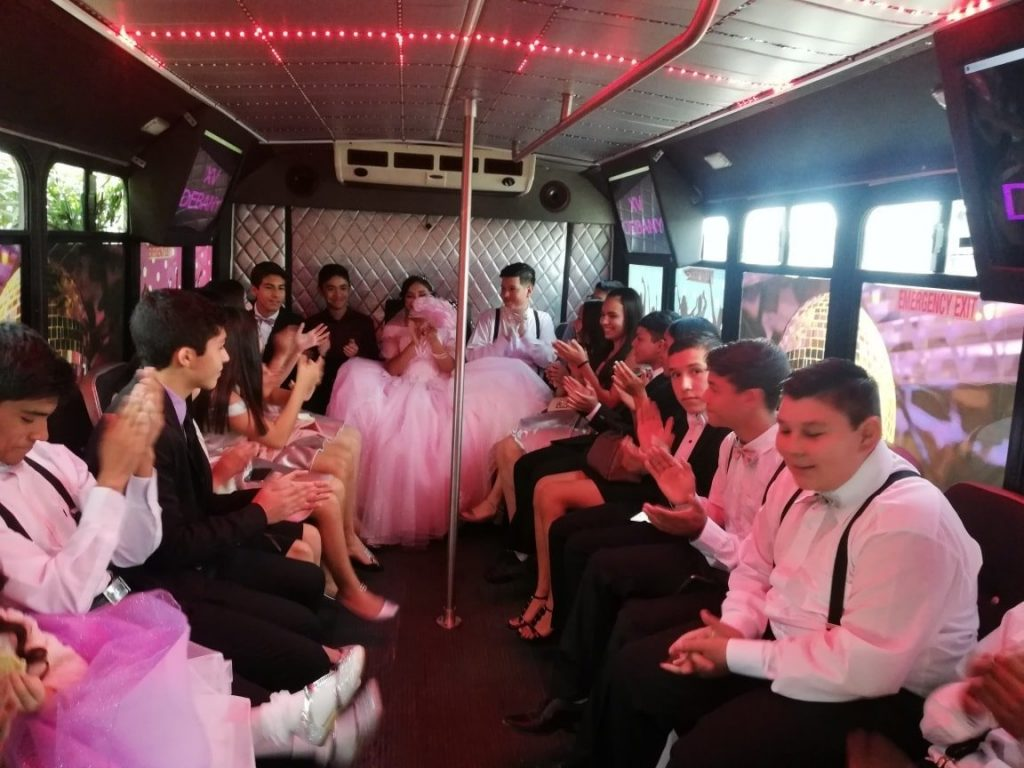 Fiesta sobre ruedas con una limo party bus en monterrey